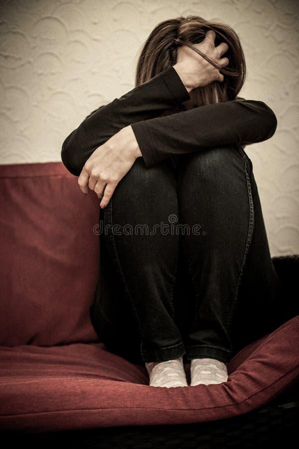 Missbrauchte Frau ängstlich stockfotografie