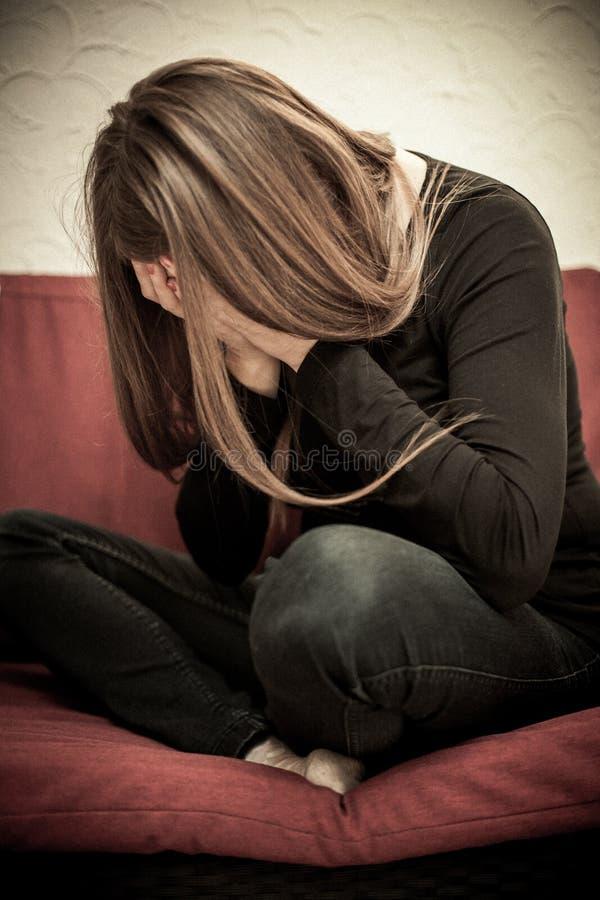Missbrauchte Frau ängstlich lizenzfreie stockbilder