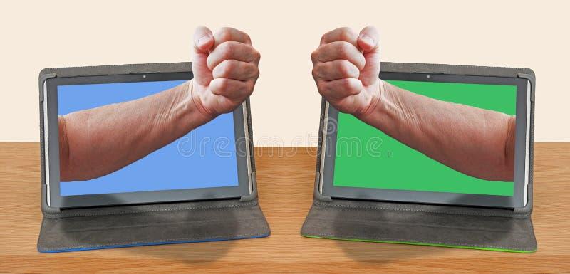 Missbruk för internet för ilskna näveförolämpningar online- arkivfoton