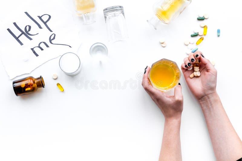 missbruk påverkar fylleristen för drowsiness för koordination för hjärnan för flaskan för alkoholjämvikt som den bleary synas föl royaltyfri fotografi