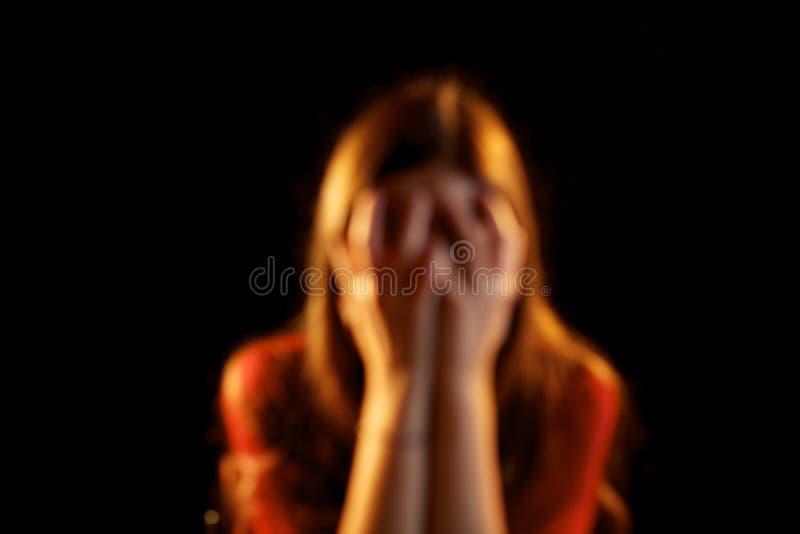 Missbrukad kvinna ut ur fokus arkivbild