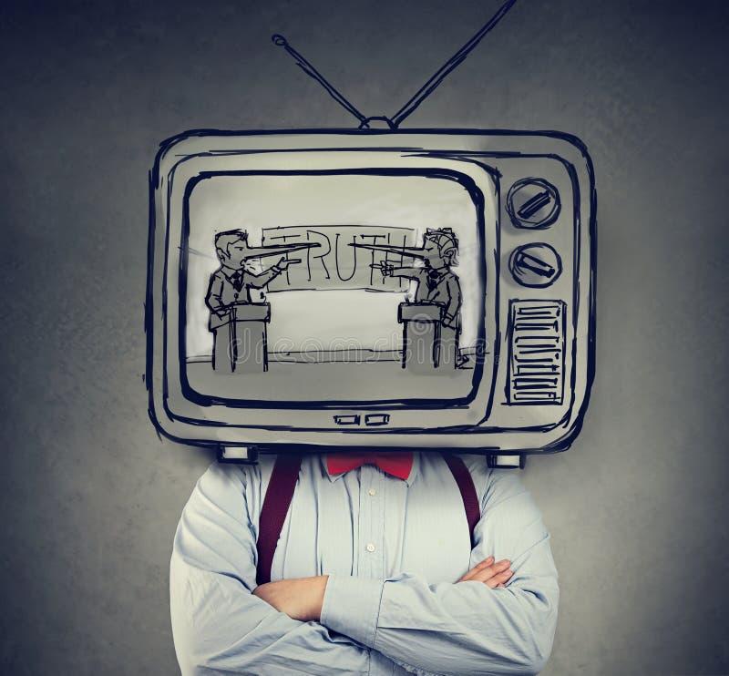 Missbrukade för att fejka nyheternamannen med television i stället för hans hållande ögonen på TV för huvudet royaltyfria foton