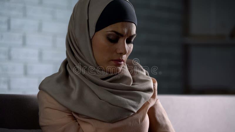 Missbrukat arabiskt kvinnligt t?nka av problem, desperat kvinna som oroar, ?ngest fotografering för bildbyråer