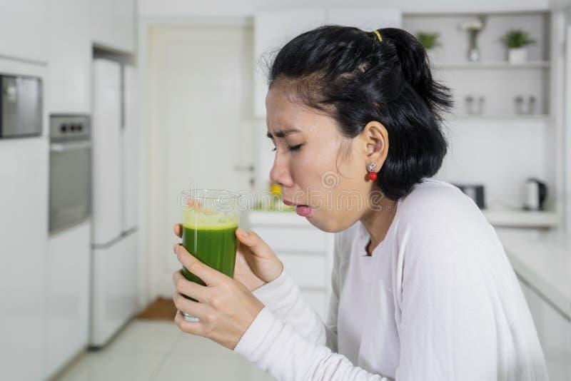 Misselijk makende vrouw die gezond sap drinken royalty-vrije stock fotografie
