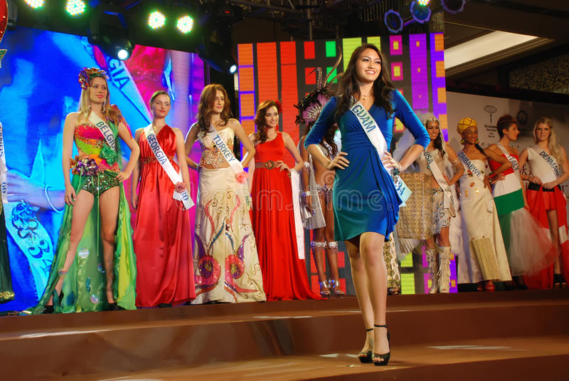 Misser Guam dat Nationaal kostuum draagt stock afbeelding