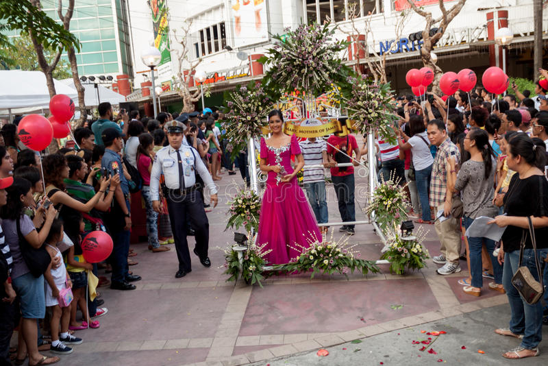 Misser Philippines, Binibining Pilipinas sluit zich aan bij Santacruzan in Manilla royalty-vrije stock foto's