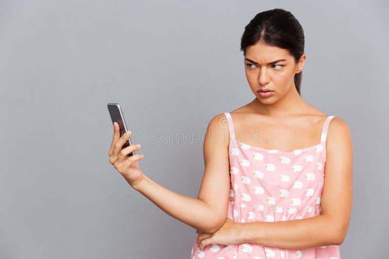 Missfallene Frau im rosa Kleid, das selfie Foto auf Smartphone macht lizenzfreie stockfotografie