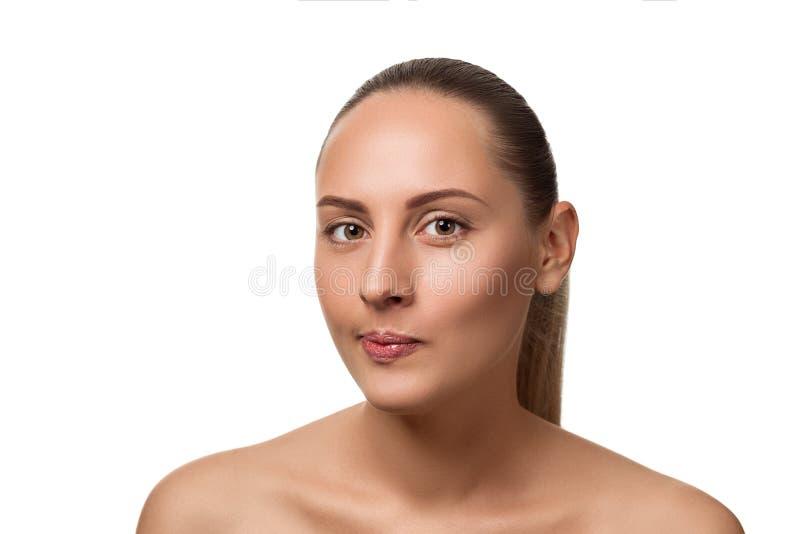 Missfallene Frau, welche die Kamera lokalisiert auf weißem Hintergrund betrachtet lizenzfreies stockbild