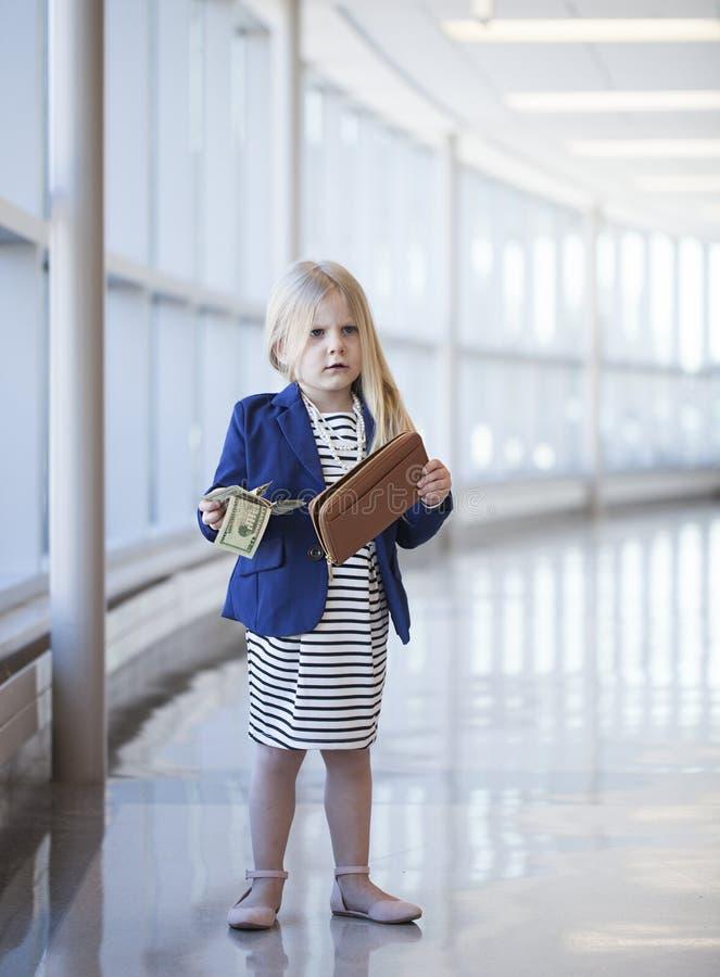 Missfallenes kleines Mädchen, das Dollar im Einkaufszentrum hält lizenzfreie stockfotografie