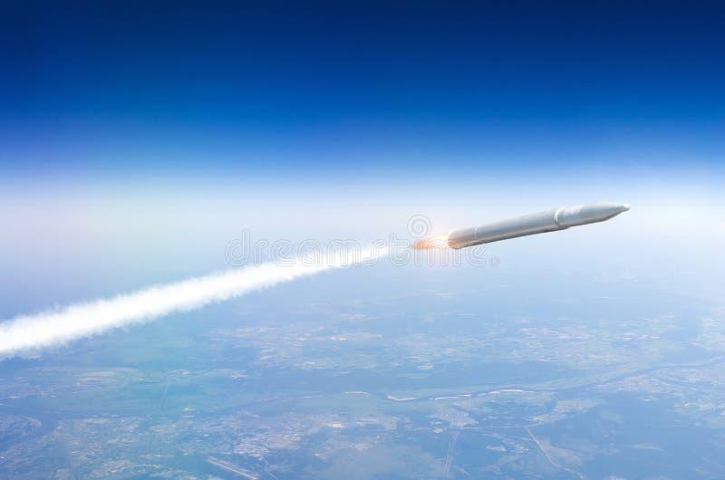Missil som lanseras från jordningen som flyger i luften royaltyfria foton