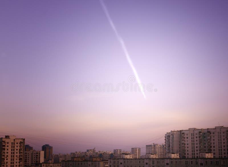 Missil Trace Above City arkivfoton