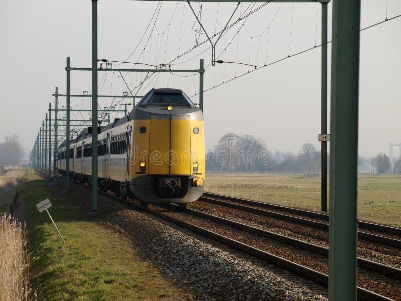 Missile aux performances améliorées interurbain Koploper de train sur la voie ferrée entre le Gouda et Rotterdam au croisement de photos libres de droits