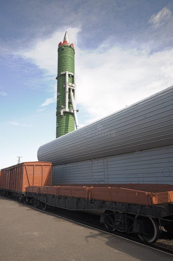 Missile balistico ferroviario russo con la testata nucleare immagine stock
