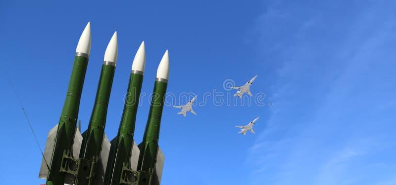 Missiles antiaériens russes modernes et avions militaires images libres de droits
