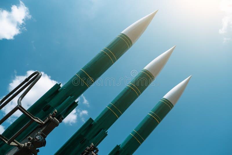 Missiles balistiques sur le fond ensoleill? bleu de ciel, anti forces d'avions, industrie militaire Concept de guerre et de paix photographie stock