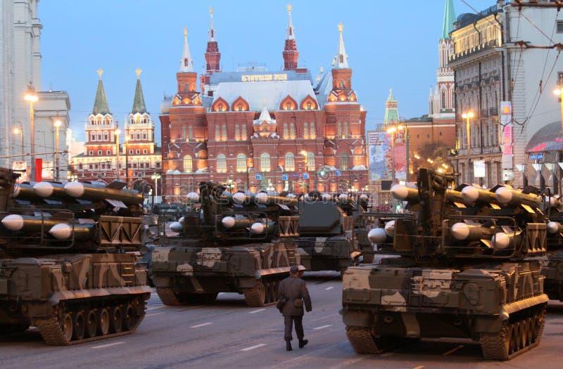 Missiles russes d'armée sur un lance-roquettes mobile photographie stock libre de droits