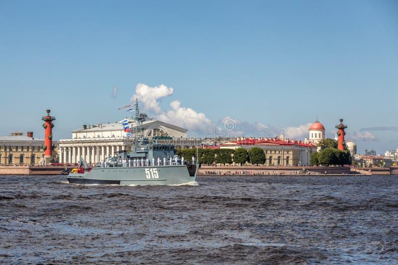 Missilfartyget Chuvashia på repetitionen av det sjö- ståtar på dagen av den ryska flottan i St Petersburg royaltyfri foto