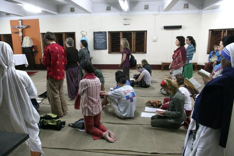 Missionários da caridade e voluntários na massa na casa da mãe, Kolkata fotos de stock