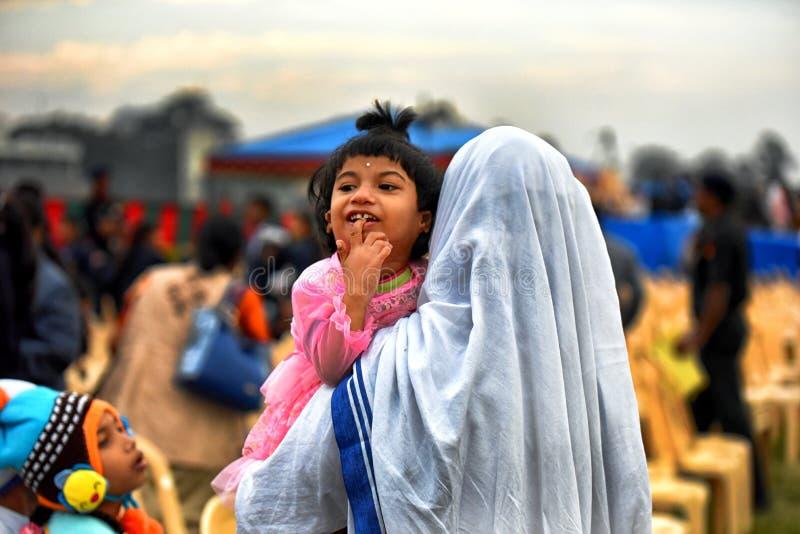 Missionari di carità con i bambini orfani fotografia stock libera da diritti