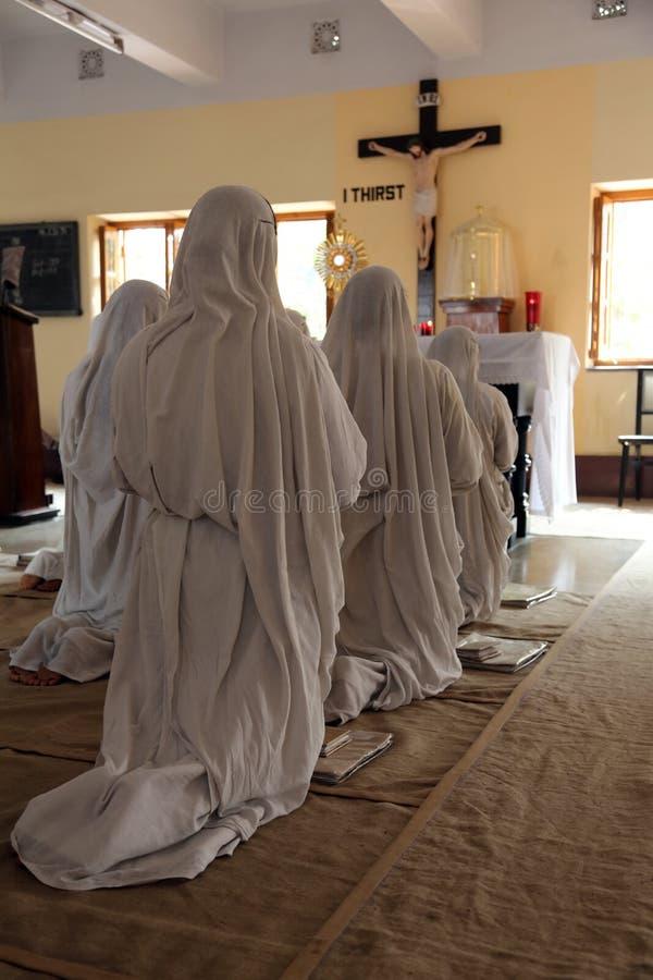Missionari di carità nella cappella della Camera della madre, Calcutta immagini stock