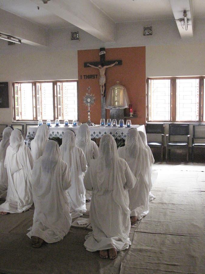Missionari di carità nella preghiera immagini stock