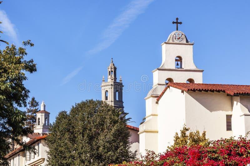 Missione bianca Santa Barbara Cross Bell California di Adobe dei campanili fotografia stock