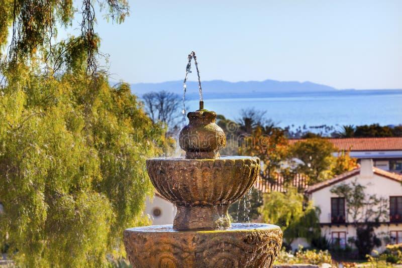 Missione Santa Barbara California dell'oceano Pacifico della fontana fotografie stock