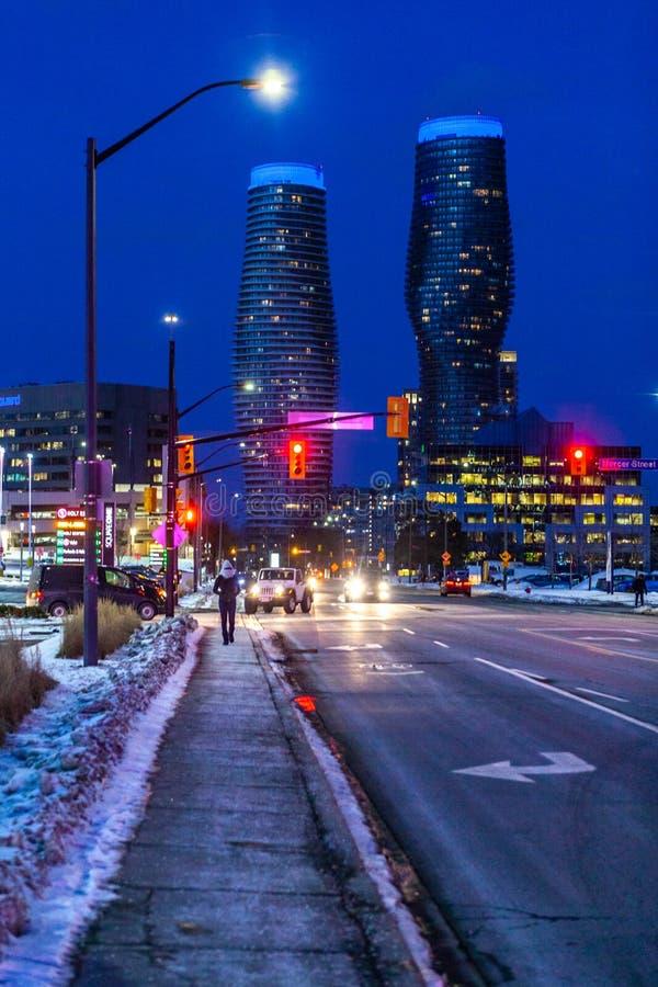 Mississauga, Canadá, el 14 de febrero de 2019: Las torres gemelas de propiedades horizontales absolutas adentro, estas propiedade imagenes de archivo