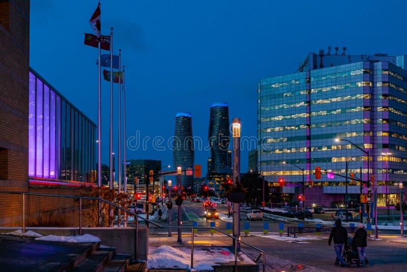 Mississauga, Canada, 14 Februari, 2019: De tweelingtorens van Absolute Flatgebouwen met koopflats binnen, werden deze high-rise f royalty-vrije stock afbeeldingen