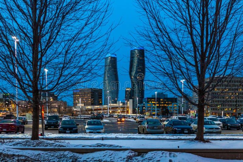 Mississauga, Canada, 14 Februari, 2019: De tweelingtorens van Absolute Flatgebouwen met koopflats binnen, werden deze high-rise f stock afbeelding