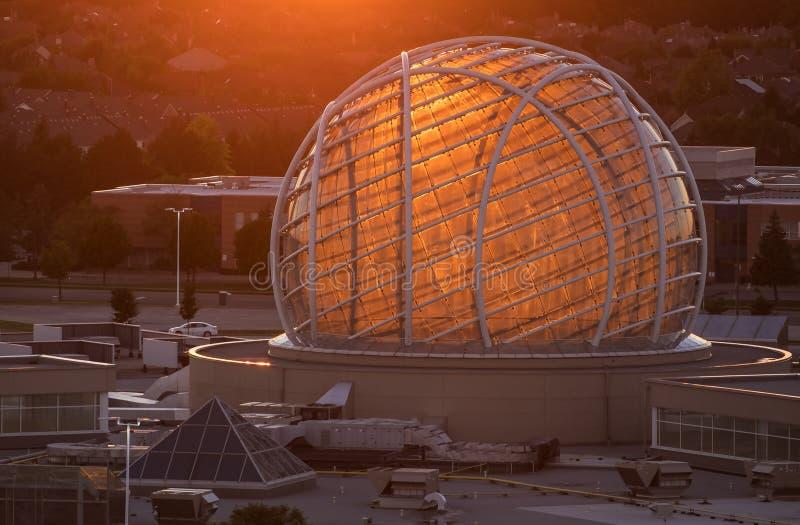 Mississauga Kanada - Augusti 11, 2018: Sikt av Erin Mills Town Centre på solnedgången #2 royaltyfri bild