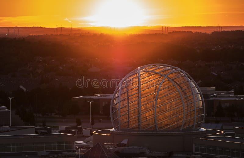 Mississauga Kanada - Augusti 11, 2018: Sikt av Erin Mills Town Centre på solnedgången royaltyfria foton