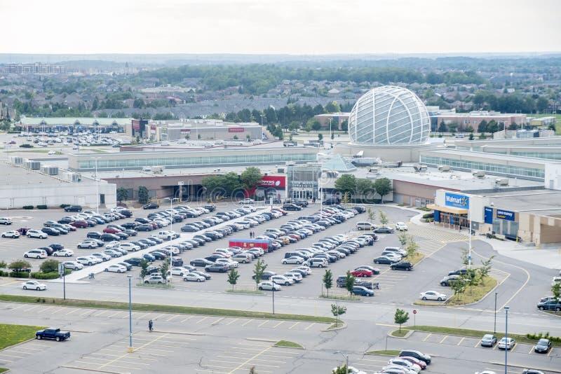 Mississauga Kanada - Augusti 11, 2018: Sikten av Erin Mills Town Centre och dess parkeringsplatser fyllde med bilar arkivfoto
