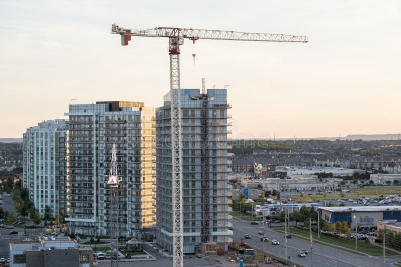 Mississauga Kanada - Augusti 11, 2018: Stor kran i en andelsfastighetkonstruktionsplats royaltyfri bild