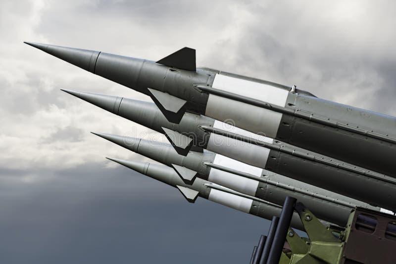 Missles nucleare con la testata ha puntato sul cielo triste Rockets War Backgound balistico immagini stock libere da diritti