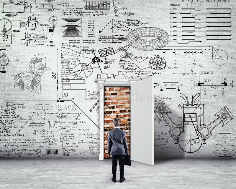 Misslungener Versuch Backsteinmauer hinter der geöffneten Tür lizenzfreie stockfotos