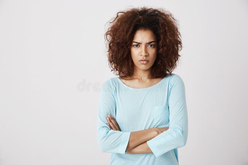 Missnöjd härlig flicka som brutally ser på korsade kameraarmar Trutar jealously på hennes flickvän, rosa färg med avund fotografering för bildbyråer