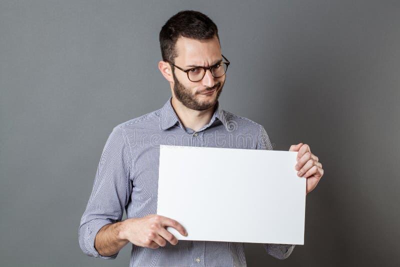 Missnöjd ung affärsman som fordrar på protesttecken fotografering för bildbyråer