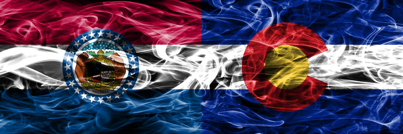 Missouri contra as bandeiras coloridas do fumo do conceito de Colorado colocadas de lado a lado imagem de stock