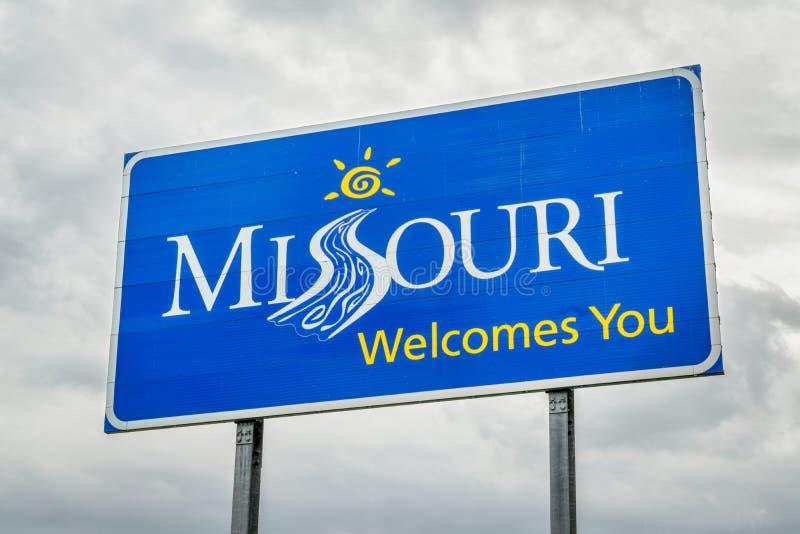 Missouri välkomnar dig vägrentecknet arkivbilder