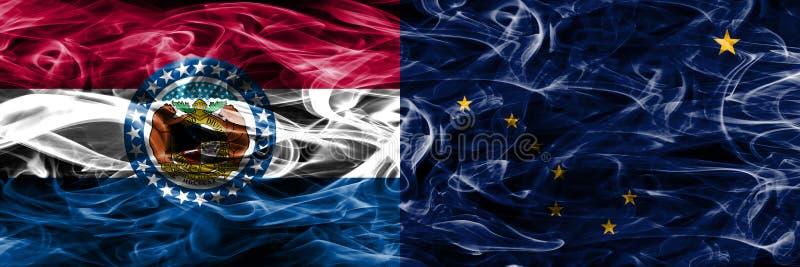 Missouri versus zij aan zij geplaatste vlaggen van de het conceptenrook van Alaska de kleurrijke royalty-vrije stock foto