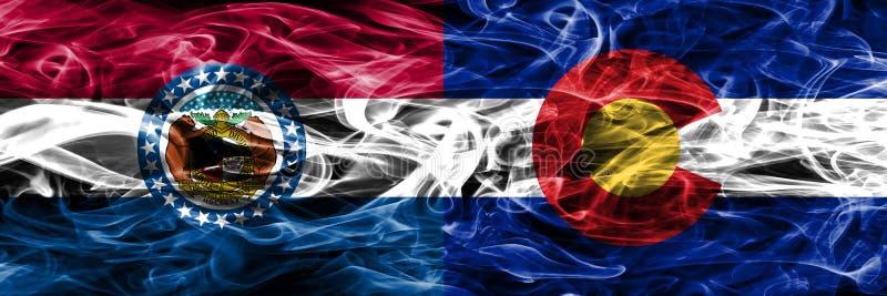 Missouri versus zij aan zij geplaatste vlaggen van de het conceptenrook van Colorado de kleurrijke stock afbeelding