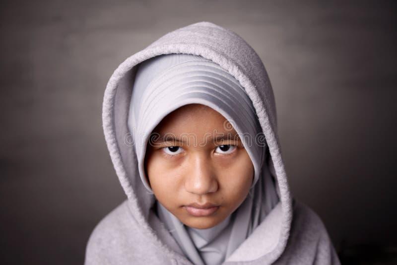 Misstänksam blick från en muslimsk flicka royaltyfri foto