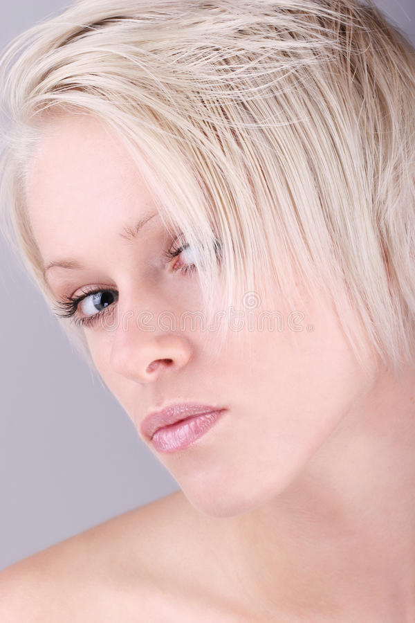 Misstänksam härlig kvinna fotografering för bildbyråer