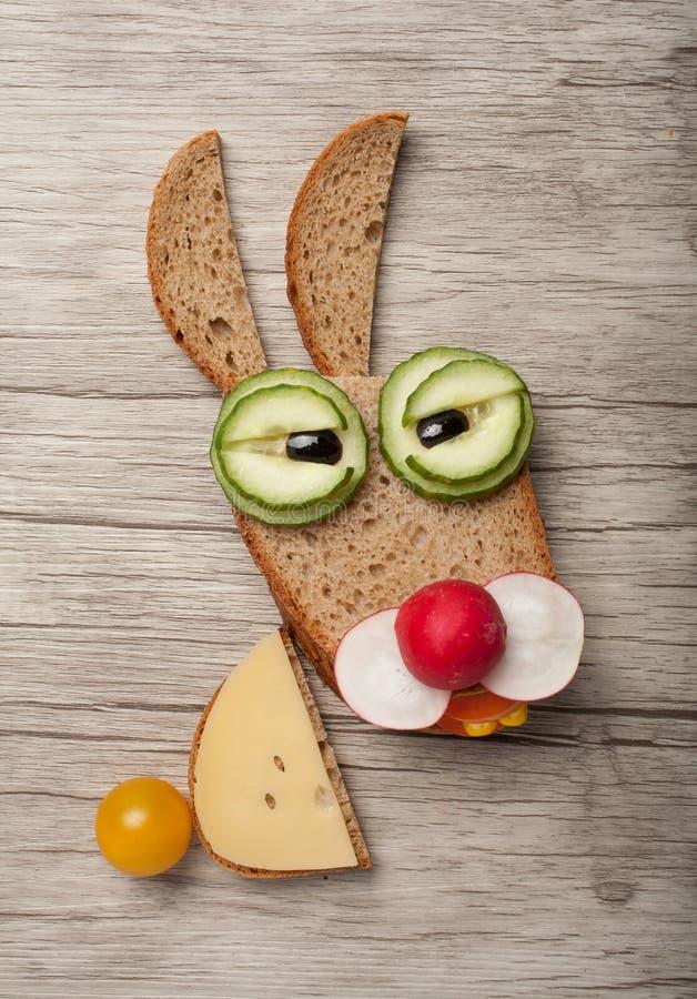 Misstänksam hare som göras av bröd och grönsaker arkivbilder