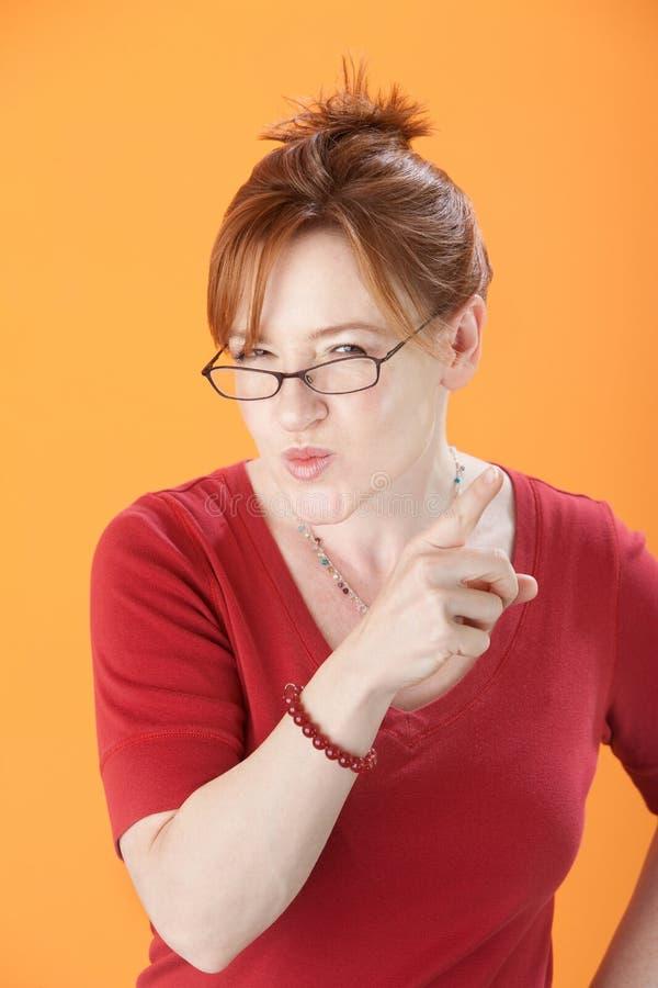 misstänksam kvinna för glasögon royaltyfri bild