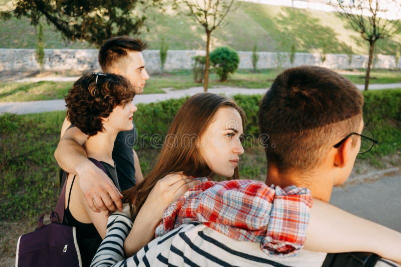Misstrauischer Frauenblick auf ihren Freund während Weg stockfoto