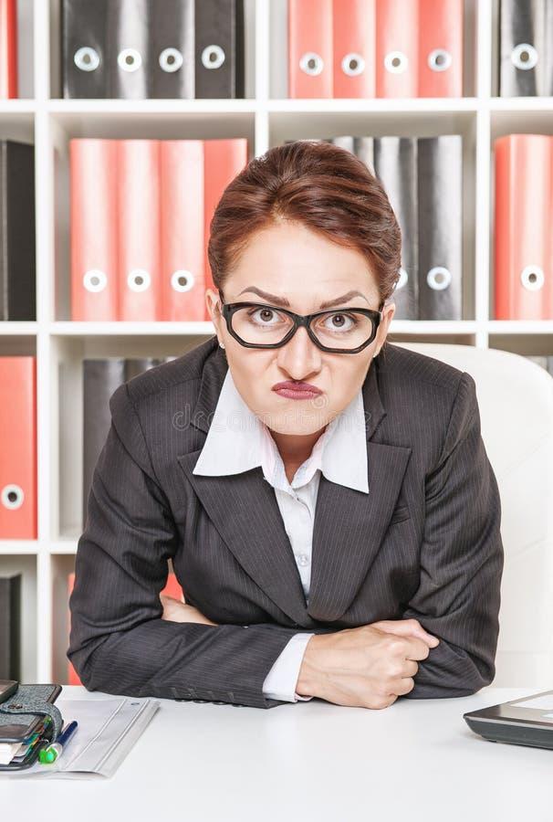 Misstrauischer Frauenchef stockfoto