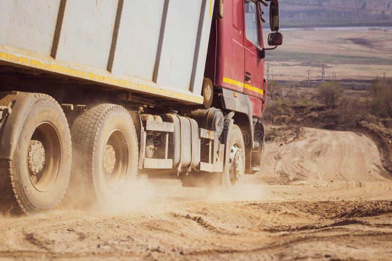 Mist av damm på landsvägen efter stor bilbortgång arkivfoton