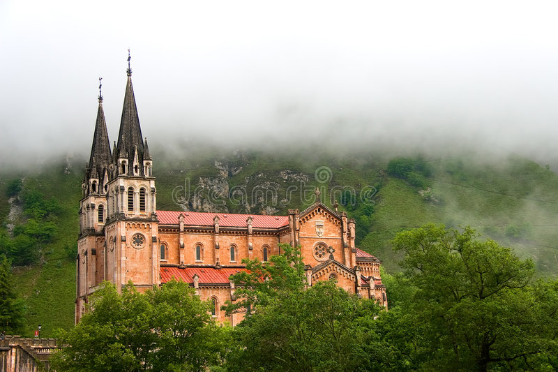 Mist bij het heiligdom van Covadonga stock fotografie